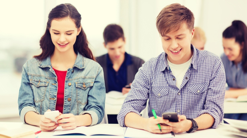 4 Key Considerations When Using Mobile Phones To Support Synchronous Learning Scenarios